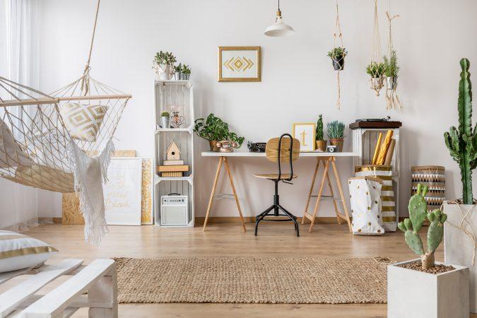 Modernes Wohn-/Arbeitszimmer mit Hängematte