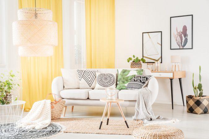 Bohemian Wohnraum mit strukturierten Kissen