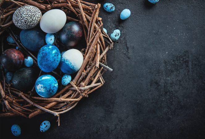 Ostern Eier blau coloriert auf Steinuntergrund