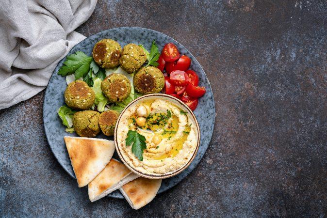 Vegetarisches Essen auf einem natürlichen Steingut Teller