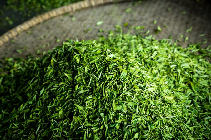 Teeblätter auf Bambusschale