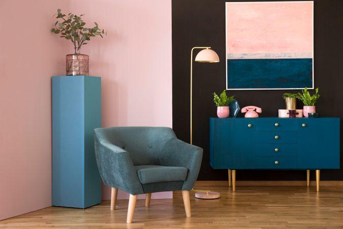 Modernes Zimmer in warmen Farbtönen