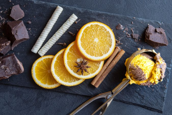 Edles Vanilleeis mit Orangen und Zimt