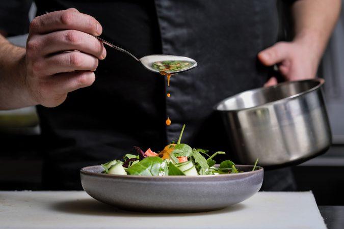 Küchenchef richtet Salat an