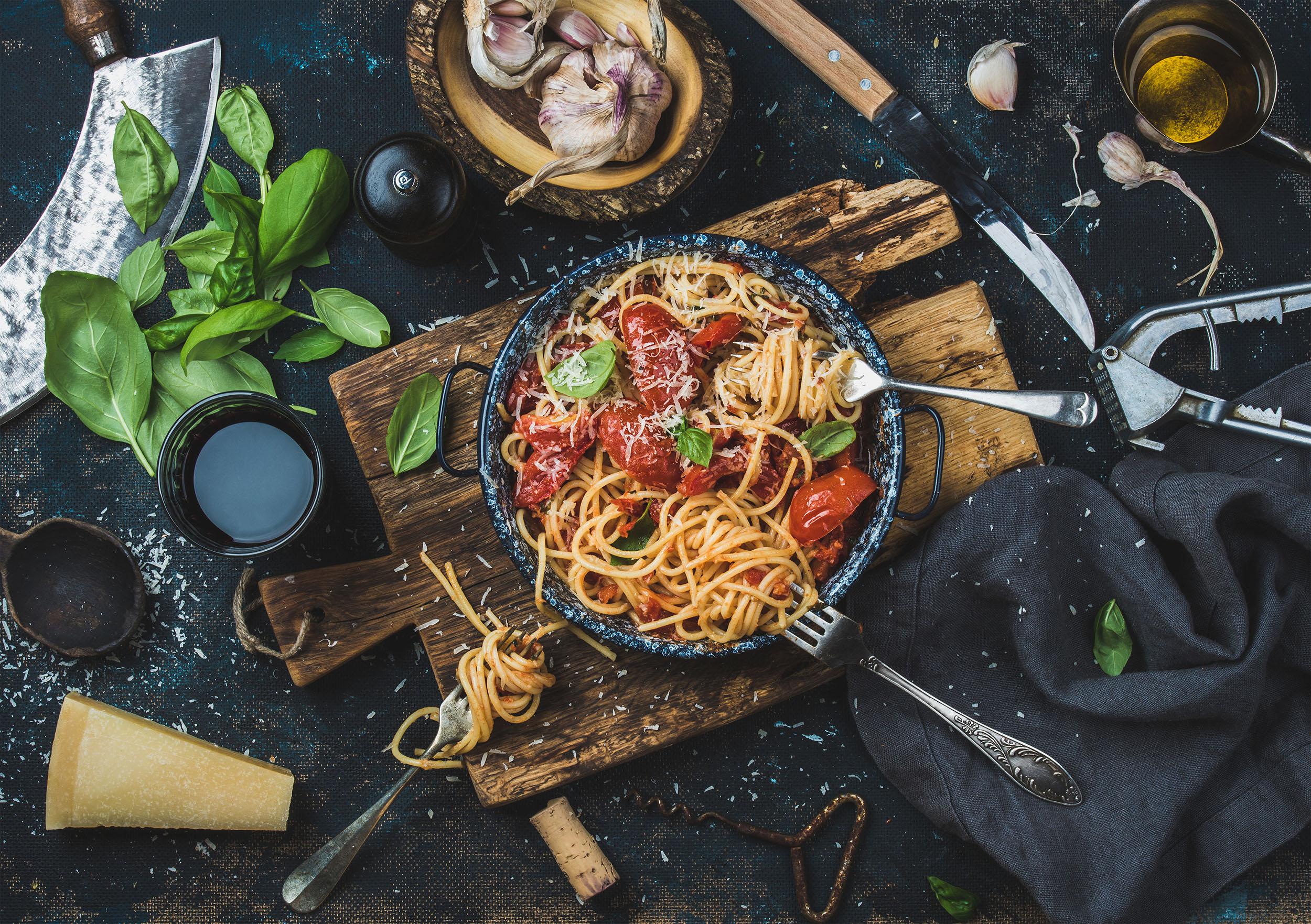 Spagetti mit Basilikum und Tomaten