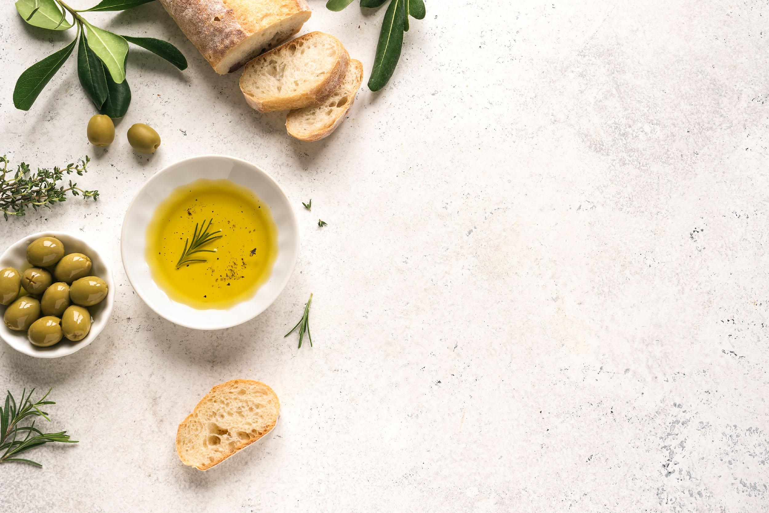 Mediterranes Olivenöl mit Brot