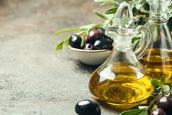 Olivenöl auf einer steinernen Tischplatte