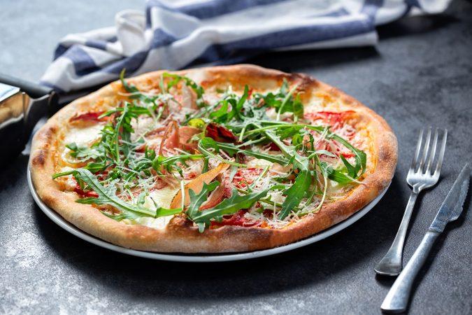 Frisch gebackene Pizza auf Steinuntergrund