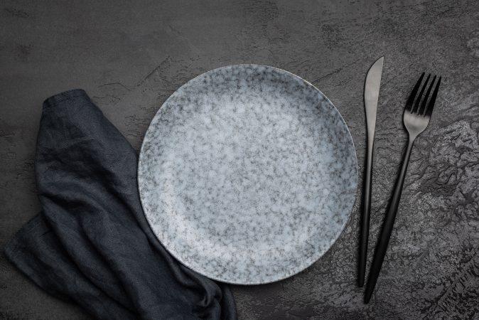 Modernes Tischkonzept mit schwarzem Besteck