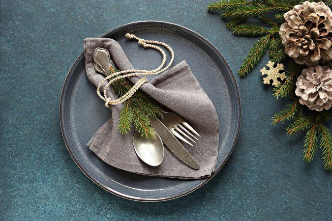 Elegantes Tisch-Set mit Teller, Serviette und Besteck