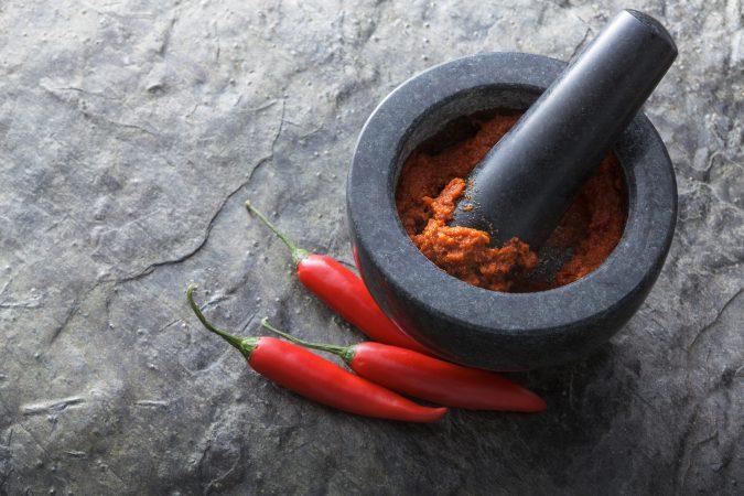 Asiatisches rotes Currypulver in einem Steingefäß