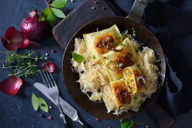 Sauerkraut in einer Eisenpfanne mit Ravioli