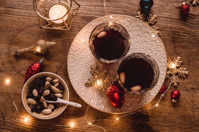 Warmer Glögg Wein in einer weihnachtlichen Dekoration