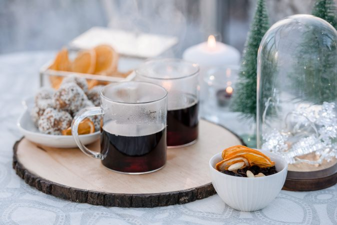 Im Freien servierter weihnachtlicher Glögg Wein