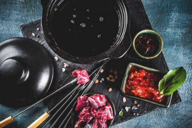 Fondue mit verschiedenen Saucen und Rindfleisch