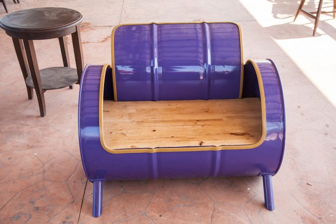 Lila Sofa gefertigt aus einem alten Ölfass