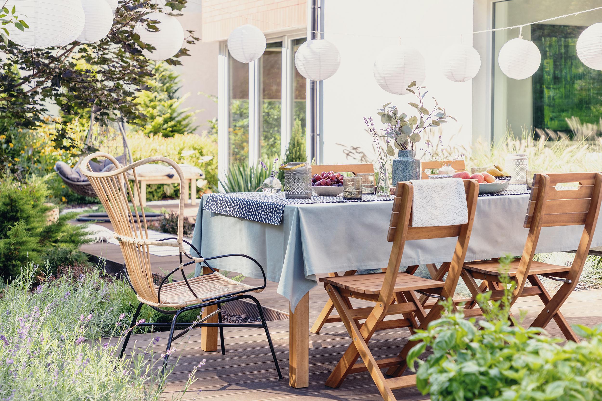 Gedeckter Tisch auf der Terrasse eines modernen Hauses