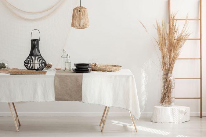 Rustikaler Naturstyle eines Tisches