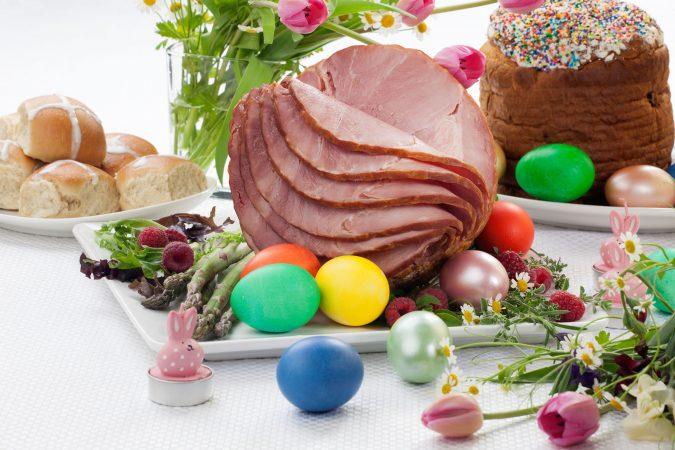 In Stücke geschnittener Osterschinken