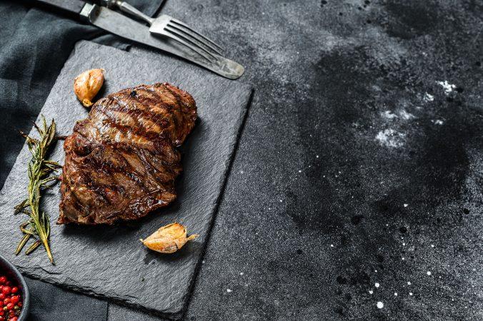 Gegrilltes Steak auf schwarzer Steinplatte