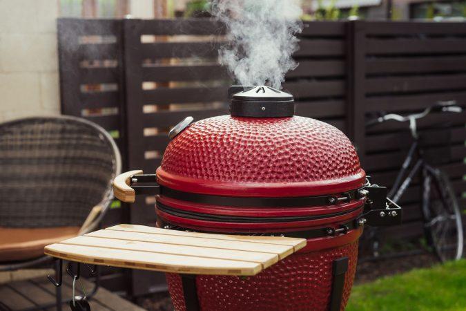 Roter Keramik-Smoker-Grill