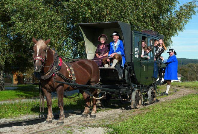 Mühlviertler Pferdeeisenbahn mit Personen in Tracht