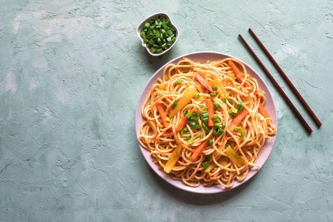 Asia-Nudeln auf einem Teller