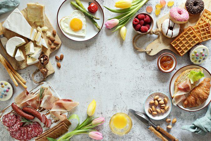 Reich gedeckter Frühstückstisch
